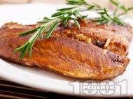 Маринована риба сьомга с чесън в марината от балсамов оцет, зехтин и кафява захар на тиган с розмарин на тиган